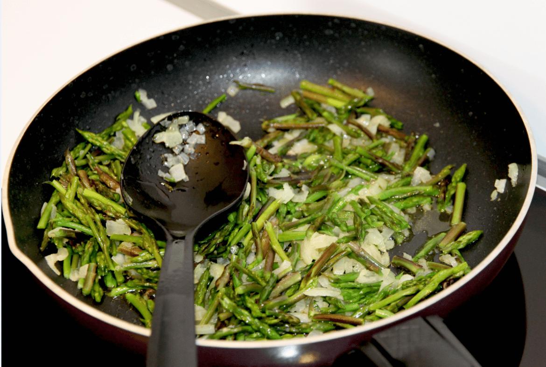 Préparation de l'omelette aux asperges