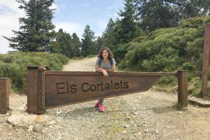 Amandine devant le panneau Els Cortalets