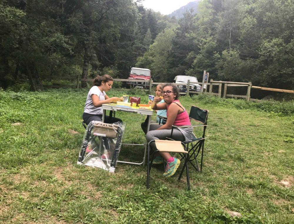 Les filles à table