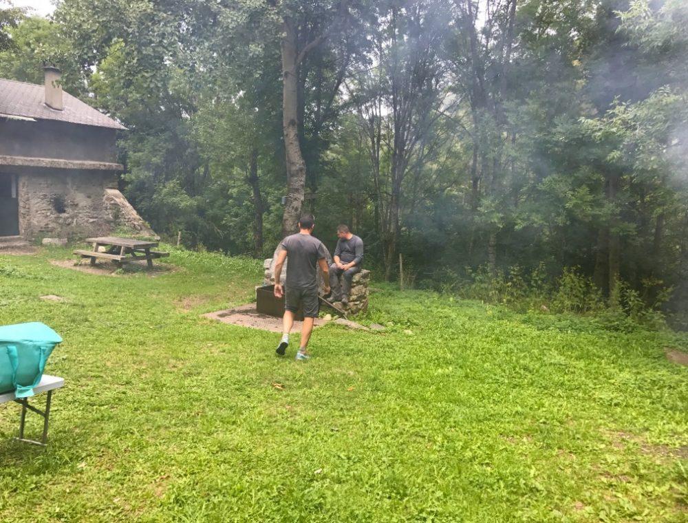 Fabio et José préparent la grillade