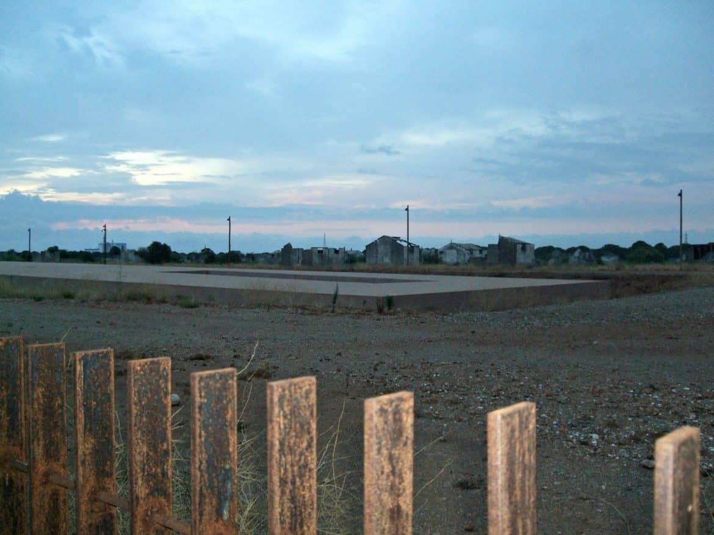 lecture au lever du soleil sur le site du camp de Rivesaltes